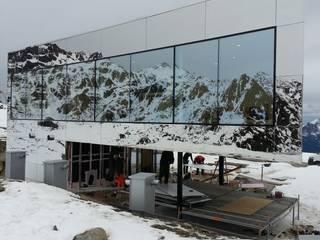 Bei Schnee und Kälte wird die Fassade komplettiert Moderne Hotels von homify Modern