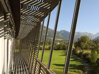 Edificios de oficinas de estilo moderno de Carlos Zwick Architekten Moderno