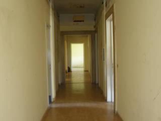 corridoio ante lavori:  in stile  di ELENA TARETTO ARCHITETTO