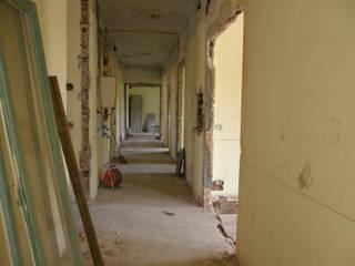 ingresso e corridoio durante il cantiere:  in stile  di ELENA TARETTO ARCHITETTO