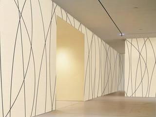 Wandverkleidung mit Akustiktapete:  Geschäftsräume & Stores von tela-design