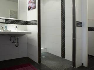 bodengleiche Dusche: moderne Badezimmer von Traumhaus das Original - Dirk van Hoek GmbH