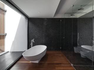 House in Beloura, Sintra Estúdio Urbano Arquitectos Baños de estilo minimalista