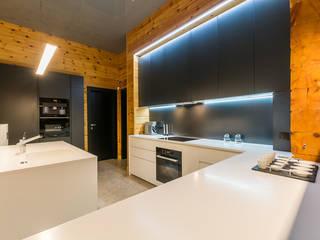 Минимализм в деревянном доме: Кухни в . Автор – Галерея интерьеров 'Angelica Marzoeva',