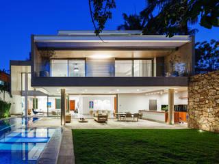 現代房屋設計點子、靈感 & 圖片 根據 Reinach Mendonça Arquitetos Associados 現代風