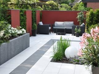 rote Mauerscheiben im Wechsel mit Eibenhecken: moderner Garten von Ambiente Gartengestaltung