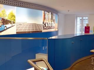 Stadtwerke City Shop | Medienwand im 2. Obergeschoss | bockhaus-odenthal architekten:  Geschäftsräume & Stores von bockhaus-odenthal architekten