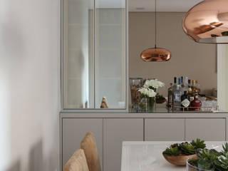 Apartamento em Alphaville Salas de jantar modernas por Mikaelian Freitas Arquitetura e Interiores Moderno