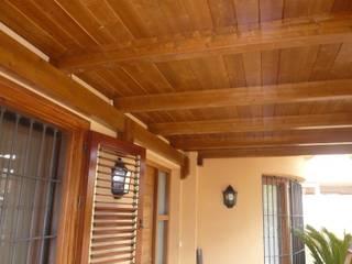 Porche de madera a un agua en color teka Jardines de estilo clásico de Ático y Jardín Clásico