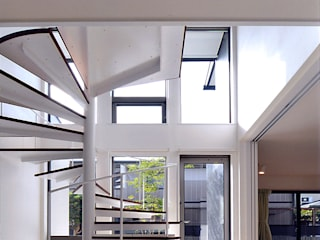 自然エネルギーを活用したエコ住宅: 川口建築設計工房が手掛けた廊下 & 玄関です。,