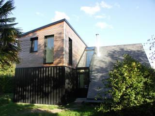 Transition vitrée pour une maison-chalet Maisons modernes par Nadège TANGUY architecte DPLG Moderne