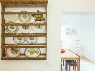 Casa em Corte Gafo, Mértola: Cozinhas minimalistas por Estúdio Urbano Arquitectos