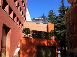 PROYECTO ACTUALIZACION EXTERIOR E INTERIOR. EDIFICIO BANKINTER. MADRID. 2011-2013 En colaboración con RAFAEL MONEO Edificios de oficinas de estilo moderno de Bescos-Nicoletti Arquitectos Moderno