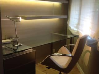 Diseño de Key, realziado exclusivamente para ese espacio u npoco singular, por sus ángulos.: Estudios y despachos de estilo  de key home designers