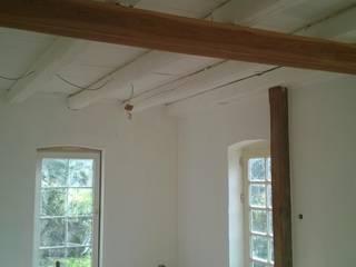 Freilegung der alten Deckenbalken, Einbau bodentiefer Fenster:  Wohnzimmer von Bauwerk Architekten und Ingenieure
