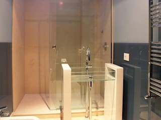 Minimalist style bathroom by UAIG | Ufficio Architettura Interni Grammauta Minimalist