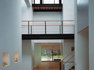 Pasillos, vestíbulos y escaleras de estilo moderno de Lab32 architecten Moderno