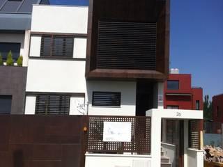 DOS VIVENDAS UNIFAMILIARES ADOSADAS. VALDEBEBAS. MADRID. EN CONSTRUCCION Casas de estilo moderno de Bescos-Nicoletti Arquitectos Moderno