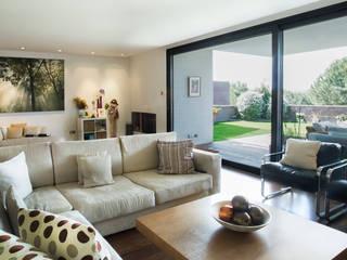 Modern living room by Empresa constructora en Madrid Modern