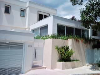 CASA URBANA EM RUA TRANQUILA Casas modernas por Kika Prata Arquitetura e Interiores. Moderno