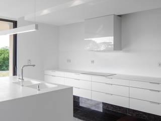 Cocinas de estilo minimalista por Estúdio Urbano Arquitectos