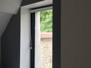 Paredes y pisos de estilo moderno de Atelier d'Ersu & Blanco Moderno