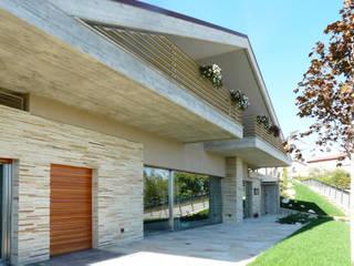 CASA NEL PREAPPENNINO Balcone, Veranda & Terrazza in stile moderno di Astudioarchitetti Moderno