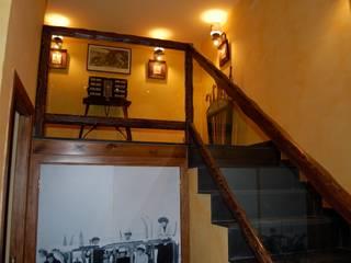 Gramil Interiorismo II - Decoradores y diseñadores de interiores ラスティックスタイルの 玄関&廊下&階段