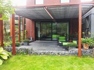 Schaduwlounge van hout en doeken Moderne tuinen van Bladgoud-tuinen Modern
