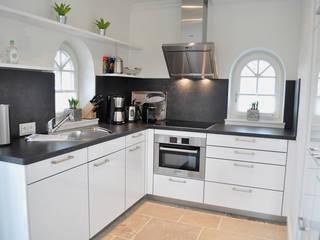Haus auf Sylt III Moderne Küchen von SALLIER WOHNEN HAMBURG Modern