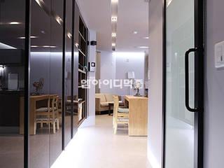 Ingresso & Corridoio in stile  di MID 먹줄