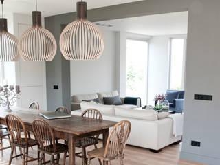 Prachtig licht woonhuis in combinatie met een houten vloer van ZILVA:  Eetkamer door Zilva Vloeren