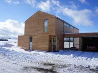 Plusenergiehaus in Seedorf: moderne Häuser von lehmann_holz_bauten
