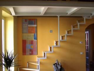 la scala su fondo arancione: Soggiorno in stile  di Antonella Liguori Architetto