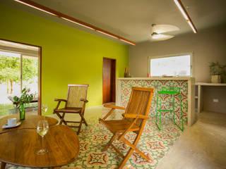 Salones de estilo moderno de TACO Taller de Arquitectura Contextual Moderno