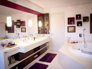 Banho suíte casal: Banheiros  por INOVA Arquitetura