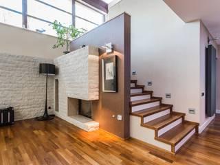 現代風玄關、走廊與階梯 根據 Michał Młynarczyk Fotograf Wnętrz 現代風