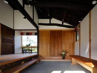 Salas multimedia de estilo clásico de 木の家設計室 アトリエ椿 Clásico