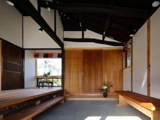 Salle multimédia de style  par 木の家設計室 アトリエ椿,