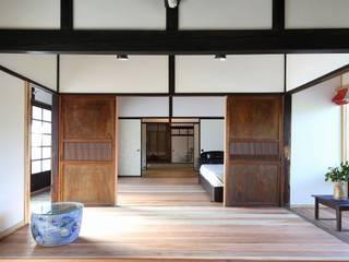 Salas multimedia clásicas de 木の家設計室 アトリエ椿 Clásico