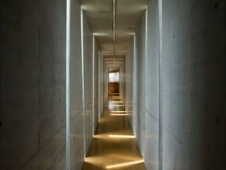 Minimalist corridor, hallway & stairs by EASTERN design office イースタン建築設計事務所 Minimalist
