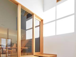 児童公園前住宅 モダンスタイルの 玄関&廊下&階段 の ケンチックス一級建築士事務所 モダン