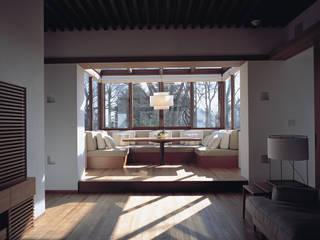 Mountain Villa: アシハラヒロコデザイン事務所が手掛けたダイニングです。,