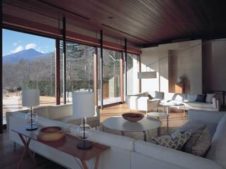 Mountain Villa: アシハラヒロコデザイン事務所が手掛けたリビングです。,