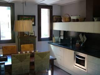 VIVIENDA UNIFAMILIAR EN ESTERRI D'ÀNEU (LLEIDA) RIART I ASSOCIATS Cocinas de estilo rústico