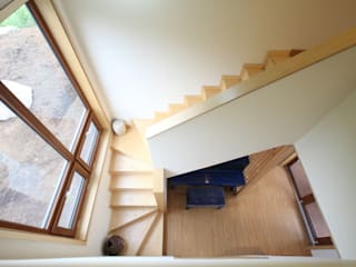 2층으로 오르는 계단: 주택설계전문 디자인그룹 홈스타일토토의  복도 & 현관,모던