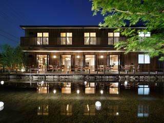 建築と池泉: 秦造園が手掛けた家です。