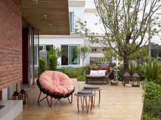 Modern style balcony, porch & terrace by Seferin Arquitetura Modern