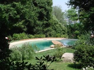 Biopiscina: Giardino in stile in stile Mediterraneo di studio tecnico versace landscape designer
