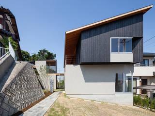 西向きの家: takasago architectsが手掛けた家です。